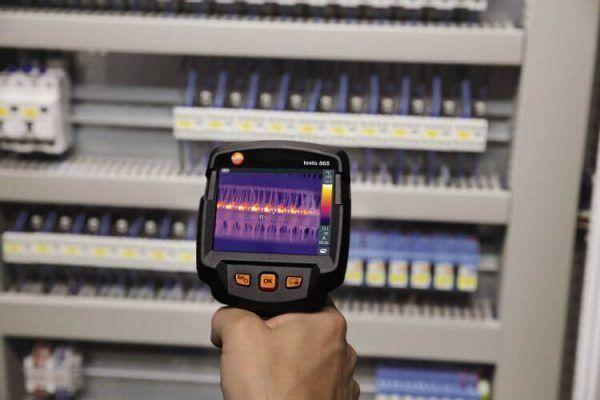 Máy chụp ảnh nhiệt trong kiểm tra hệ thống điện.